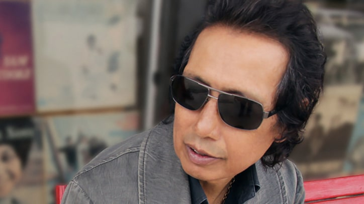 Premiere: Alejandro Escovedo, 'Man of the World (Live)'