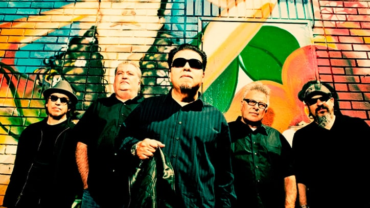 Premiere: Los Lobos, 'When The Circus Comes' (Live)