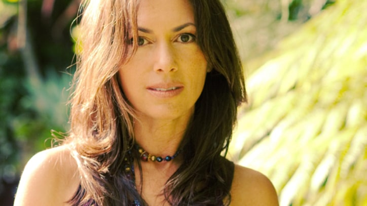 Premiere: Susanna Hoffs Stays Hopeful in 'Picture Me'
