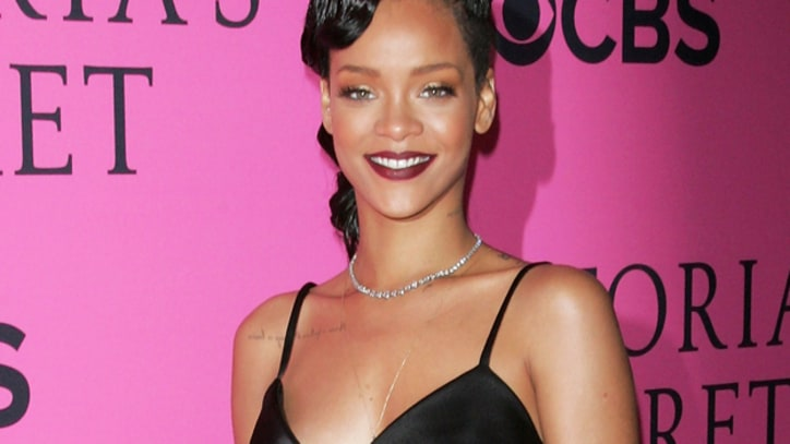 Rihanna Pledges $100,000 for Sandy Relief in Facebook Chat