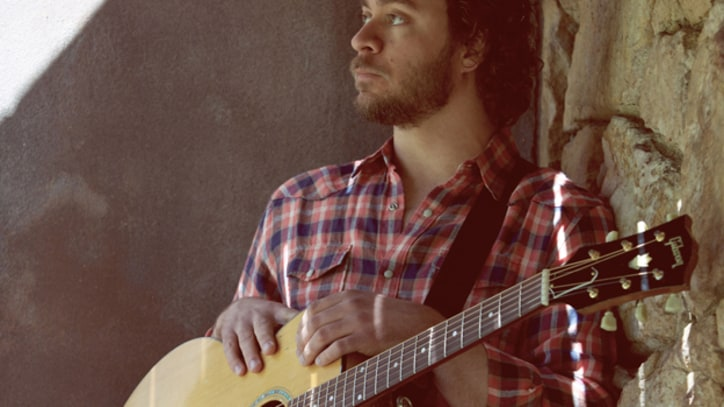 Amos Lee Covers John Prine's 'Christmas in Prison' - Premiere