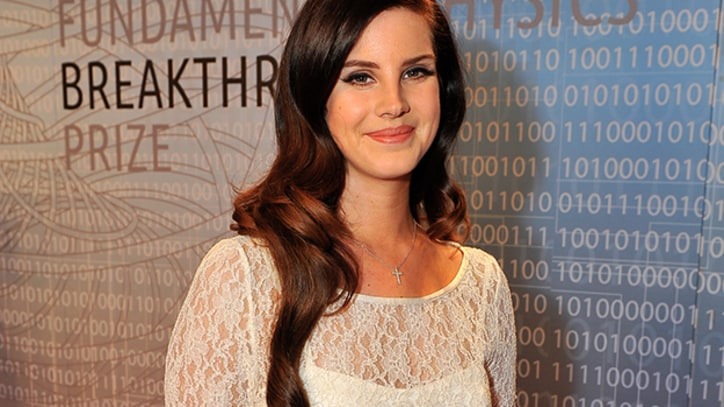 Lana Del Rey Purrs Through 'Video Games' Live - Premiere