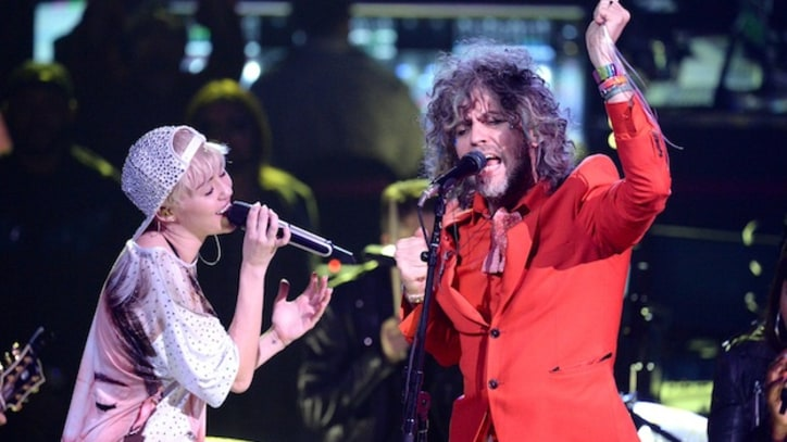 Miley Cyrus Sings 'Yoshimi' with the Flaming Lips in L.A.