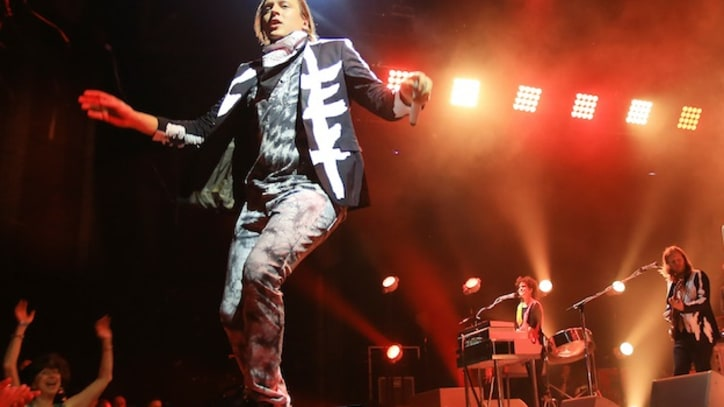 Arcade Fire Cover 'Dust in the Wind' In Kansas City