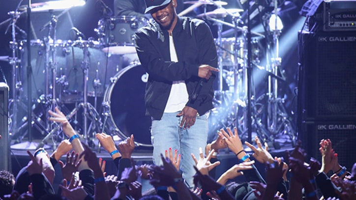 Kendrick Lamar Covers Tupac at iHeartRadio Awards