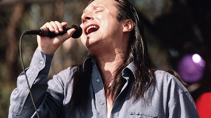 Flashback: Steve Perry Plays 'Don't Stop Believin'' on Final Tour