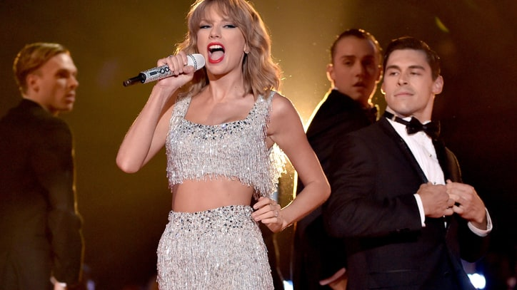 Taylor Swift Turns 'Shake It Off' Into a Pop Coming-Out Party at VMAs