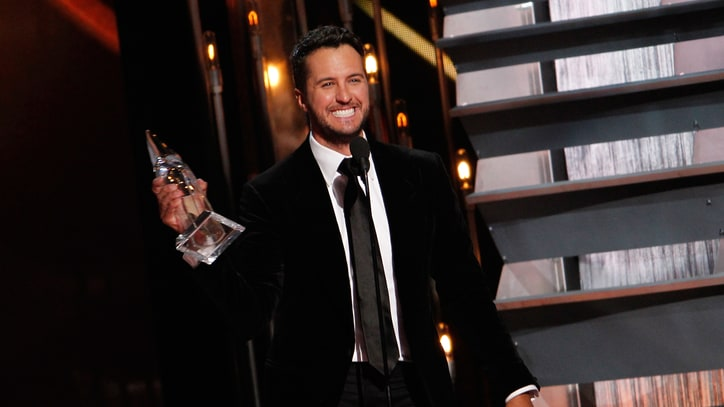 Luke Bryan Named Entertainer of the Year at 2014 CMA Awards