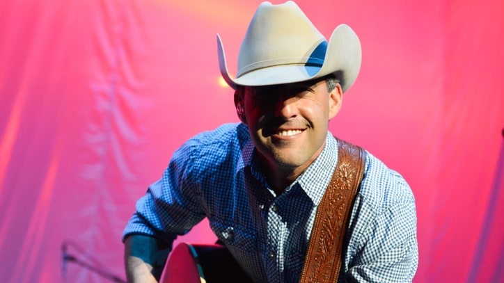 Aaron Watson Puts Bite Back into Traditional Country With 'The Underdog'