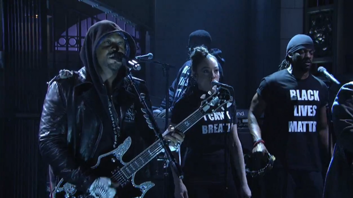 Watch D'Angelo Make Powerful Statement With 'SNL' Performance