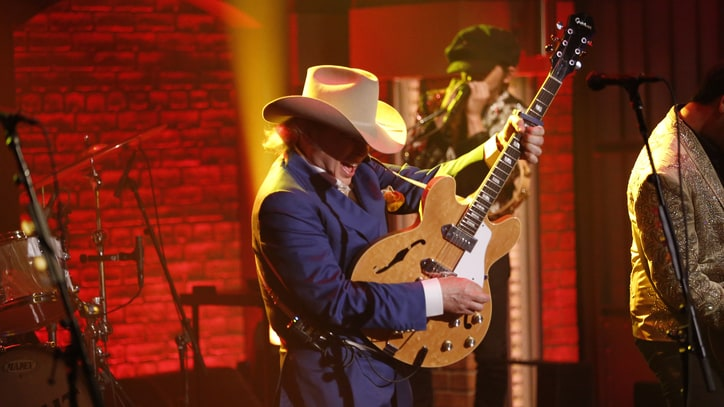 See Dwight Yoakam Play a Rowdy 'Liar' on 'Seth Meyers'