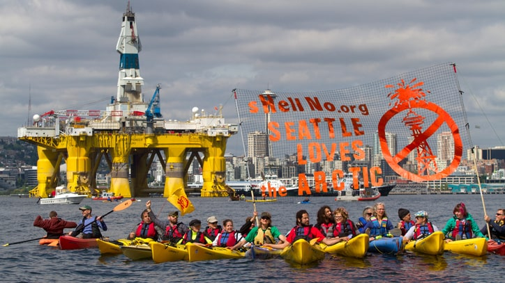 'Kayaktivists' Try to Block Shell Oil Rig Leaving to Drill in Arctic