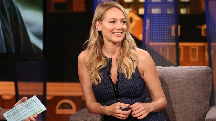 Jewel Returns to Folk Roots on 'Picking Up the Pieces' Album