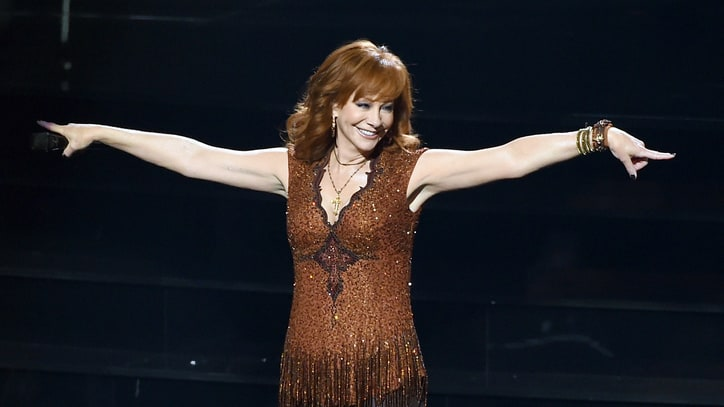 See Reba McEntire Stun Fans With Surprise Club Performance of 'Jolene'