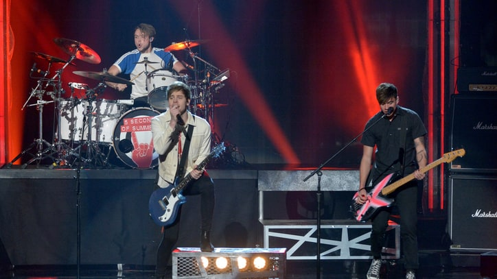 Watch 5 Seconds of Summer's Raucous 'Hey Everybody!' at 2015 AMAs