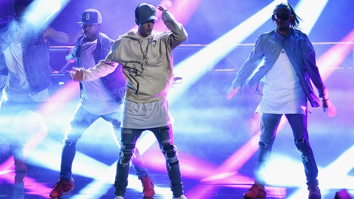 Watch Justin Bieber Sing in the Rain During 2015 AMAs Finale