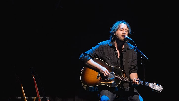 Hear Hayes Carll's Plaintive 'The Love That We Need'