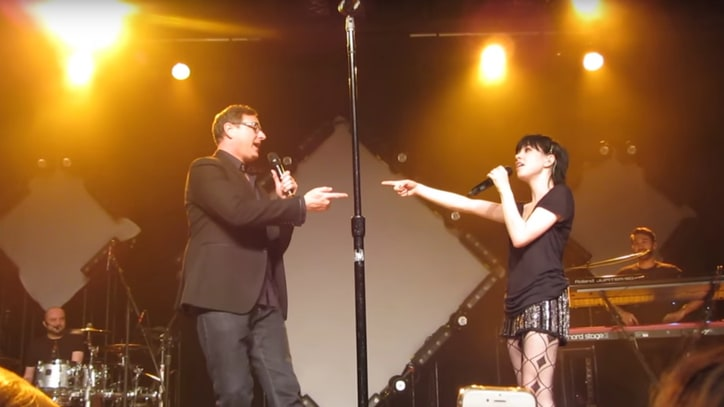 Carly Rae Jepsen, Bob Saget Sing 'Full House' Theme Together