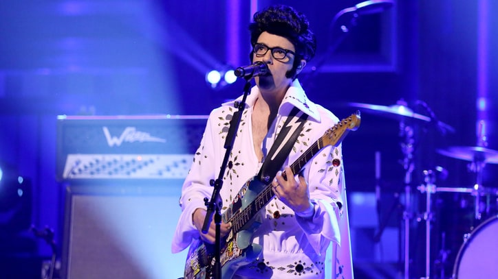 Rivers Cuomo Dresses as Elvis Presley for Weezer's 'King of the World' on 'Fallon'