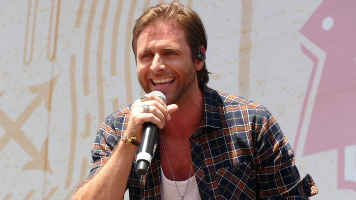 See Canaan Smith Crack an Acoustic 'Summer Six Pack'