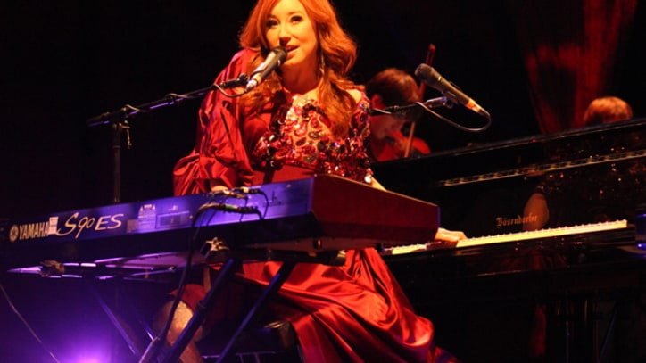 Tori Amos Performs with String Quartet in Manhattan