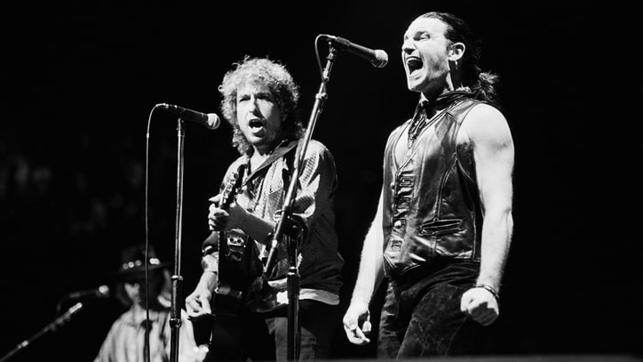 Flashback: Bob Dylan Sings 'Blowin' in the Wind' With Bono