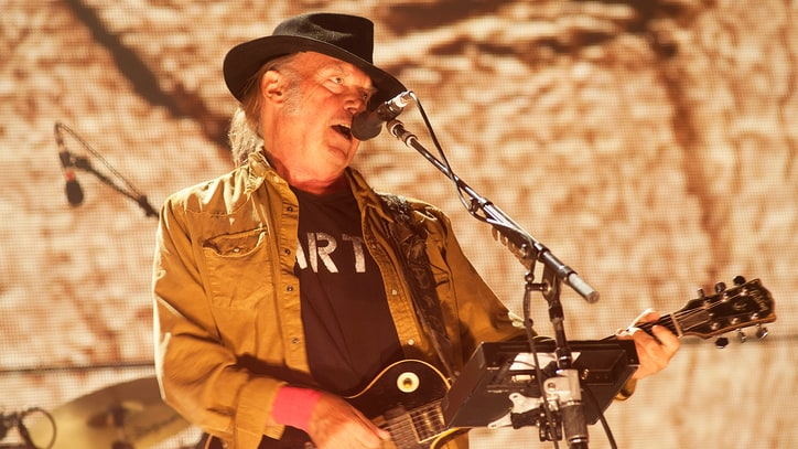 Neil Young, Daryl Hannah Pen Message to Standing Rock Protestors