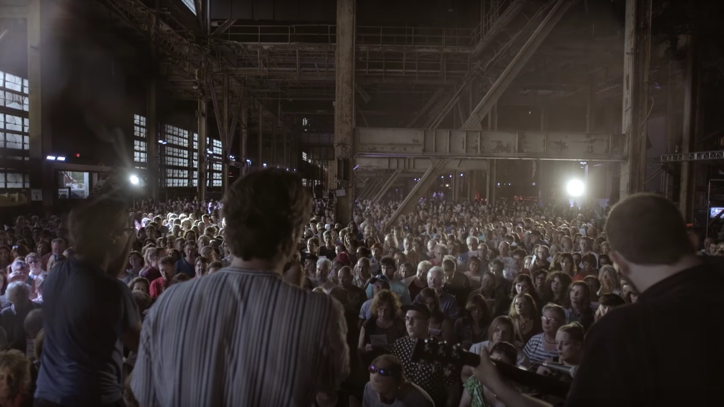 See Rufus Wainwright's Stunning Cover of 'Hallelujah' Backed by 1,500 Singers