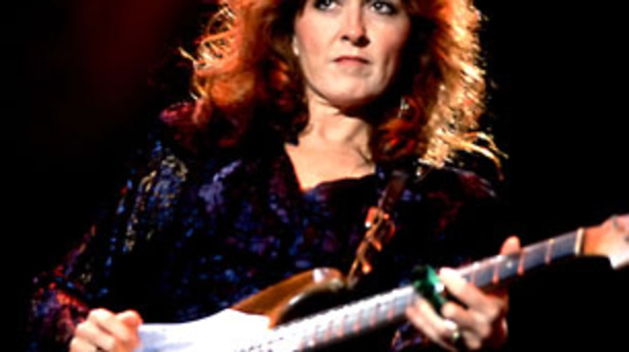 1990 Bonnie Raitt becomes a star after twenty years