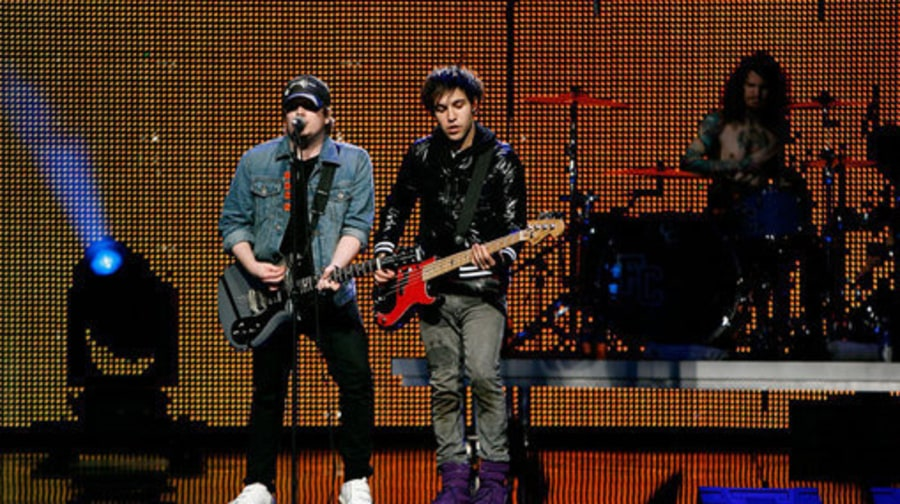 Super Bowl 2009: Fall Out Boy, Rihanna Pump Up Fans at Pepsi Smash Concert