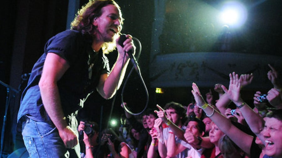 Pearl Jam in LONDON 8/11//09: eddie and crowd