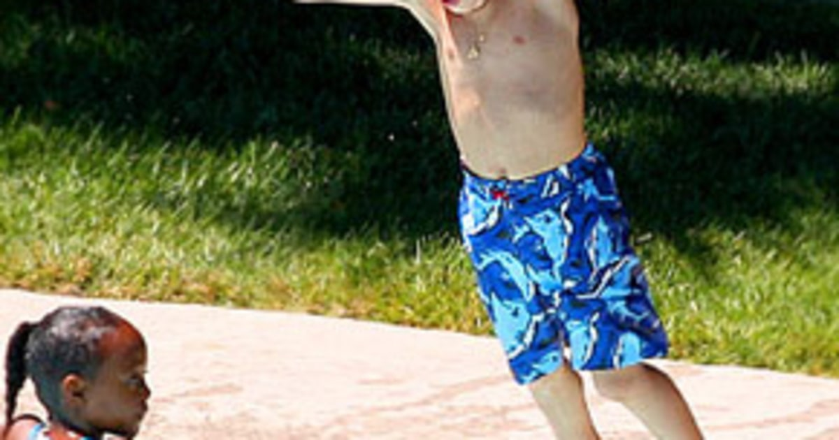 Pic Shiloh 4 Frolics In The Pool Us Weekly