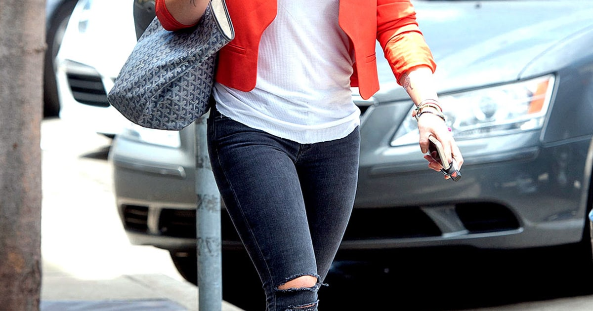 Hilary Duff S Sparks Video Singer Rocks Blue Hair In: Hilary Duff's Cool Mom Street