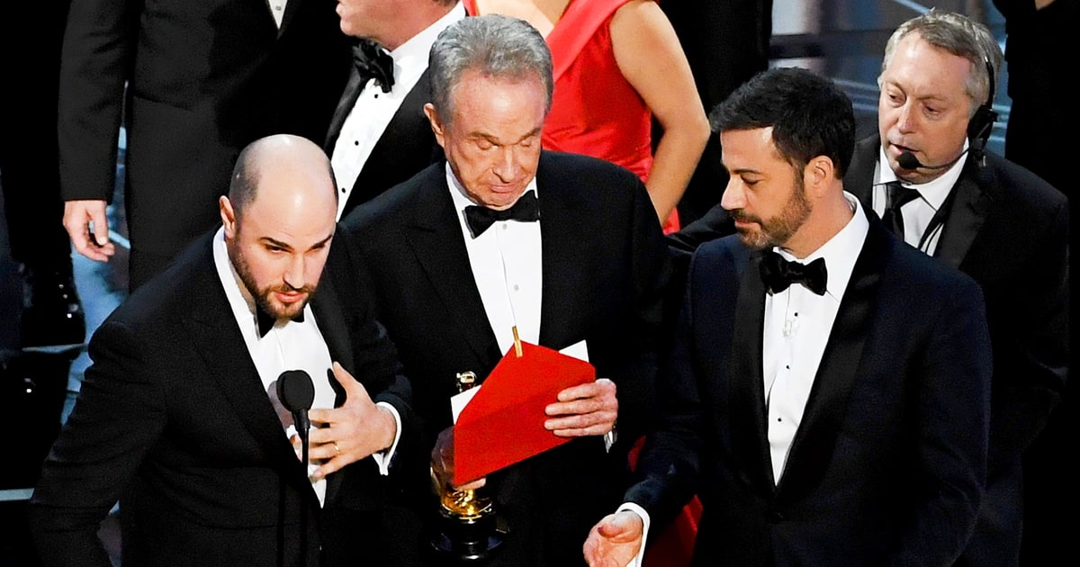latimes.com Oscars 2017: Twitter Reacts to the 'Moonlight,' 'La La Land'  Best Picture Mixup