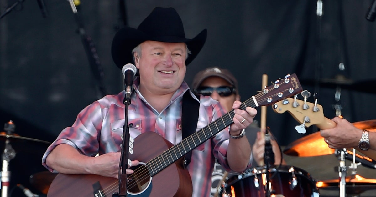 Watch Mark Chesnutt S Poignant Merle Haggard Tribute Video