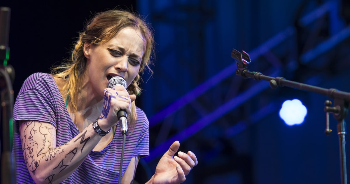 hear fiona apple u0026 39 s fiery anti-trump chant for women u0026 39 s march