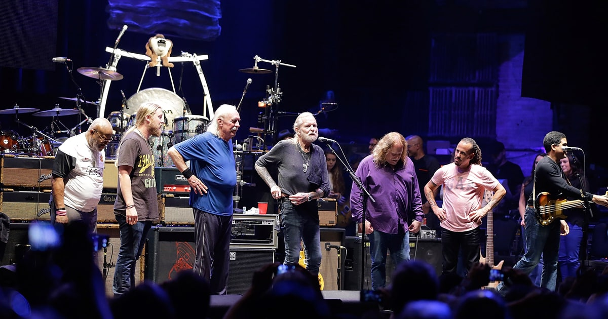 the allman brothers band take a final bow at epic beacon theatre show rolling stone. Black Bedroom Furniture Sets. Home Design Ideas