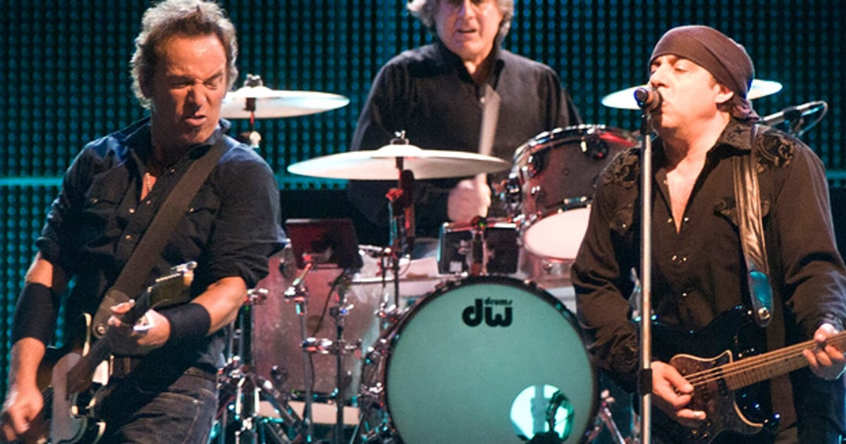 springsteen super bowl essay Bruce springsteen has promised a 12-minute party during his super bowl halftime set this sunday, which means among other things that he won't be performing any song he's written in the past quarter-century or more actually, the boss was cagey about his playlist, telling the media, who decides.