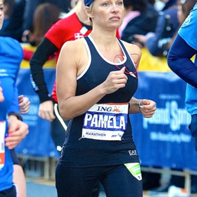 Pamela Anderson Is Sore, Bruised in Bed After Finishing New York Marathon: Photos