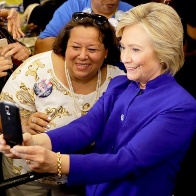 Entire Crowd Turns Its Back on Hillary Clinton to Take Selfies With Her in Viral Photo