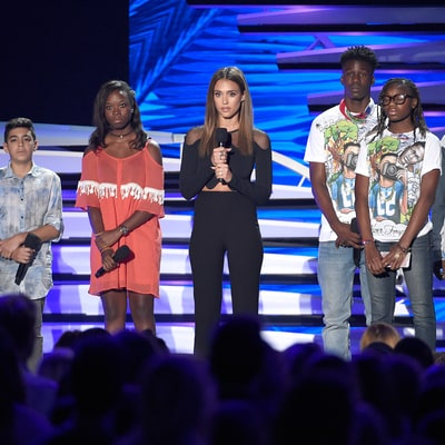 Teen Choice Awards 2016 Honor Families of Victims of Gun Violence in Powerful Tribute