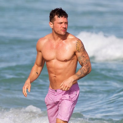 Ryan Phillippe Flexes, Displays Washboard Abs in Miami ...