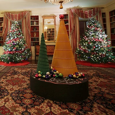 White House's 2016 Christmas Decorations Include Giant Statues of Obamas' Dogs: Photos